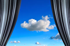 Trennvorhang mit Ansicht des blauen Himmels in die Mitte Lizenzfreie Stockfotos