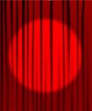 Trennvorhang vom Theater mit einem Scheinwerfer Stockbild