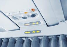 Trennvorhang zwischen Kabinen des Flugzeuges. Lizenzfreies Stockfoto