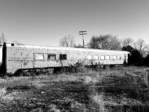 Treno abbandonato in bianco e nero immagine stock