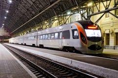 Treno ad alta velocità alla stazione ferroviaria Immagini Stock Libere da Diritti