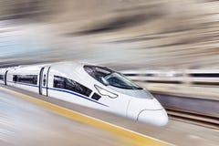 Treno ad alta velocità alla stazione ferroviaria Fotografie Stock