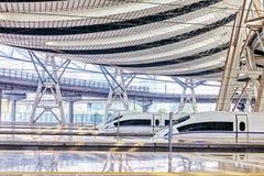 Treno ad alta velocità alla stazione ferroviaria Fotografia Stock Libera da Diritti