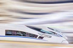 Treno ad alta velocità alla stazione ferroviaria Immagine Stock