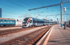 Treno ad alta velocità alla stazione ferroviaria al tramonto Fotografie Stock
