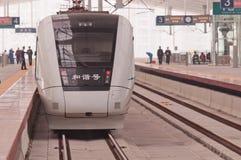 Treno ad alta velocità cinese alla stazione Immagini Stock