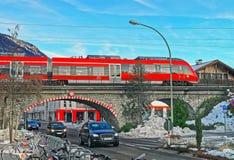 Treno ad alta velocità corrente sul ponte in Garmisch Partenkirchen Immagini Stock Libere da Diritti