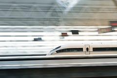 Treno ad alta velocità del ` s della Cina, treno ad alta velocità che passa la stazione ferroviaria con moto vago Fotografia Stock Libera da Diritti
