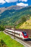 Treno ad alta velocità di inclinazione svizzero sulla ferrovia di Gotthard Immagine Stock