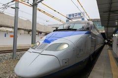 Treno ad alta velocità ExpressKTX della Corea alla stazione di Dongdaegu in Corea Immagine Stock