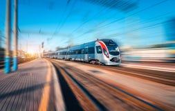 Treno ad alta velocità nel moto alla stazione ferroviaria Fotografia Stock Libera da Diritti