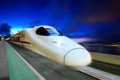 Treno ad alta velocità nella NOTTE Immagine Stock