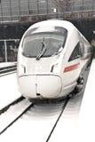 Treno ad alta velocità nella stazione nell'orario invernale Immagine Stock