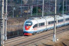 Treno ad alta velocità Sapsan, sulla ferrovia russa nel moto Fotografie Stock