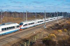 Treno ad alta velocità Sapsan, sulla ferrovia russa nel moto Fotografia Stock