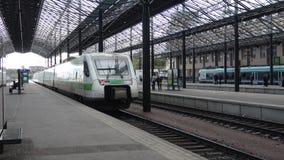 Treno ad alta velocità Sm3 Pendolino che va dalla stazione centrale di Helsinki finland video d archivio