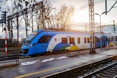 Treno ad alta velocità sul binario della stazione Fotografia Stock