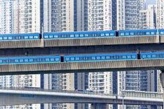 Treno ad alta velocità sul ponte nella città del centro di Hong Kong Fotografia Stock Libera da Diritti