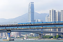 Treno ad alta velocità sul ponte nella città del centro di Hong Kong Fotografie Stock