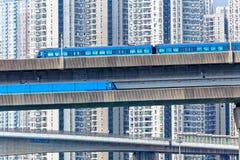Treno ad alta velocità sul ponte nella città del centro di Hong Kong Immagini Stock