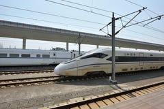 Treno ad alta velocità sulla stazione ferroviaria di Tongxiang Fotografia Stock