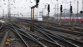 Treno ad alta velocità tedesco del GHIACCIO alla stazione di Francoforte video d archivio