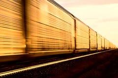 Treno al tramonto immagine stock libera da diritti