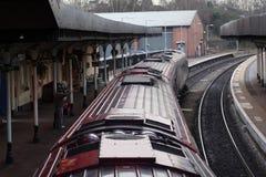 Treno alla piattaforma della stazione Immagini Stock