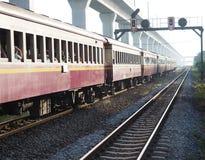 Treno alla stazione ferroviaria Fotografie Stock