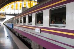 Treno alla stazione ferroviaria del terminale centrale di Bangkok Immagini Stock Libere da Diritti