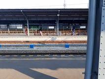 Treno alla stazione ferroviaria di Bekasi immagini stock