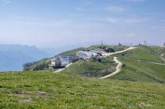 Treno Alta Via del Monte Baldo di Turistic, ridgeway in montagne di polizia, capanne della montagna Fotografia Stock