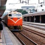Treno arancio sulla ferrovia della foresta in Alishan Immagine Stock
