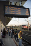 Treno aspettante Immagini Stock