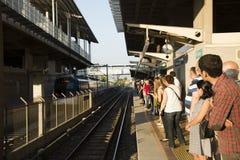 Treno aspettante Fotografia Stock