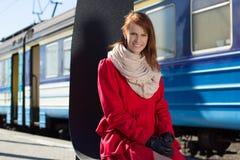 Treno aspettante della bella donna sul binario fotografia stock
