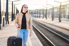 Treno aspettante della donna alla stazione Signora sorridente felice Fotografia Stock Libera da Diritti
