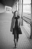 Treno aspettante della donna sulla vecchia stazione di ferrovia Fotografia Stock