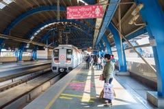 Treno aspettante della gente alla stazione della metropolitana a Nuova Delhi L'India fotografia stock libera da diritti