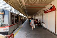 Treno aspettante della gente nella stazione della metropolitana internazionale del centro di Vienna Fotografia Stock Libera da Diritti