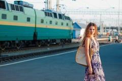 Treno attendente della donna sulla piattaforma Immagini Stock