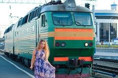Treno attendente della donna sulla piattaforma Fotografia Stock Libera da Diritti