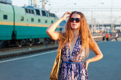 Treno attendente della donna sulla piattaforma Fotografia Stock