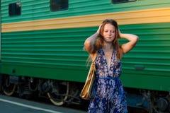Treno attendente della donna sulla piattaforma Fotografie Stock Libere da Diritti