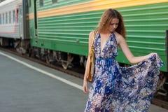 Treno attendente della donna sulla piattaforma Immagine Stock
