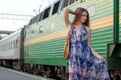 Treno attendente della donna sulla piattaforma Fotografie Stock