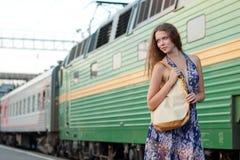 Treno attendente della donna sulla piattaforma Immagine Stock Libera da Diritti