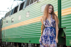 Treno attendente della donna sulla piattaforma Immagini Stock Libere da Diritti