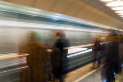 Treno attendente della gente in sottopassaggio Fotografia Stock