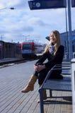 Treno attendente della giovane donna Immagine Stock Libera da Diritti